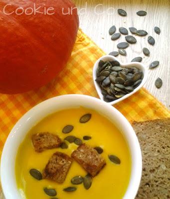 Schnelle Kürbissuppe mit geröstetem Brot und Kürbiskernen.