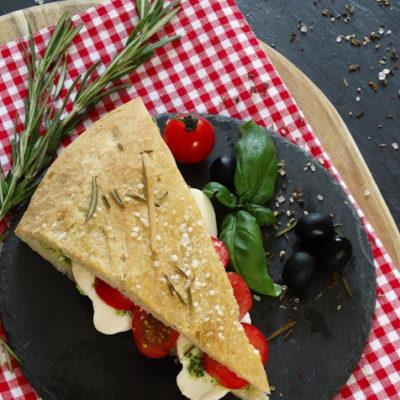 Pizzabrot Sandwich mit Basilikum-Ricotta-Pesto