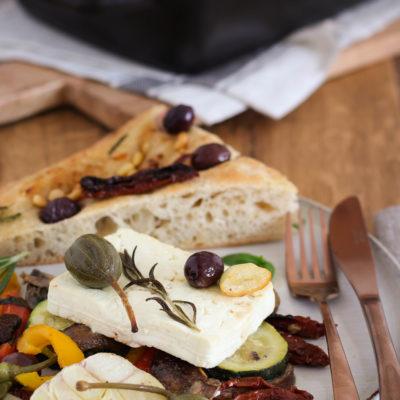 Gebackener Feta mit Gemüse: Schnelles Gericht für Grill & Ofen