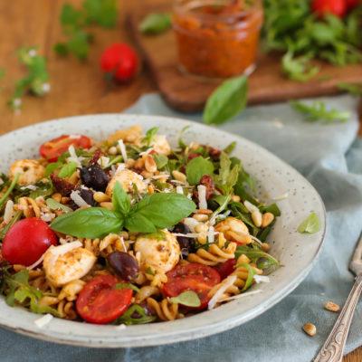 Nudelsalat Bella Italia – Mit Pesto, Mozzarella und Tomaten