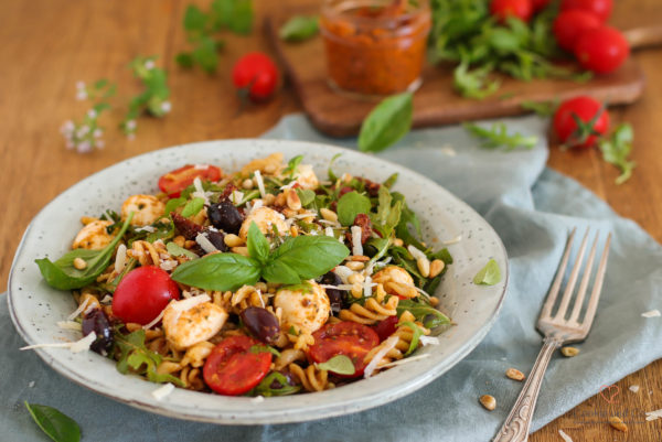 Nudelsalat Bella Italia - Mit Pesto, Mozzarella und Tomaten