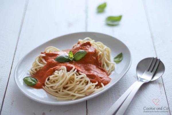 Cremige Tomatensoße mit Mozzarella