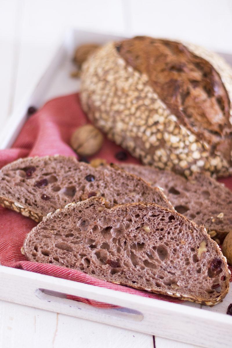 Cranberry-Walnuss-Brot in einer Holzkiste mit Walnüssen und Cranberries