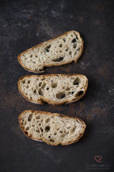 Saftige Kartoffelkruste (Potatoe Crust Bread) auf einem altem Blech