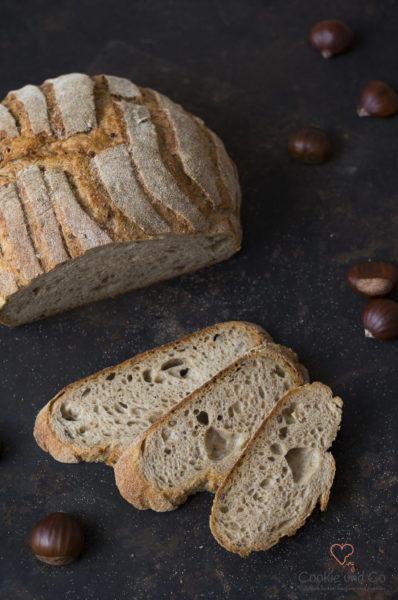 Maroni Brot aufgeschnitten auf einem alten Backblech, ein Auffrischbrot für Sauerteigreste