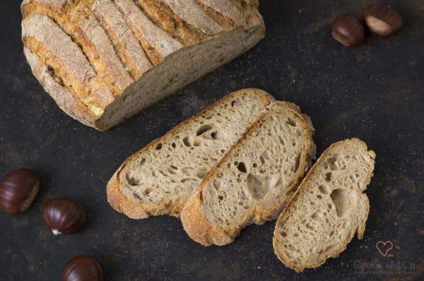 Maroni Brot aufgeschnitten auf einem alten Backblech Auffrischbrot