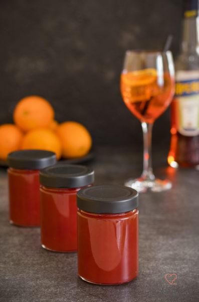 Aperol-Orangen-Geele mit Aperol Spritz im Hintergrund.