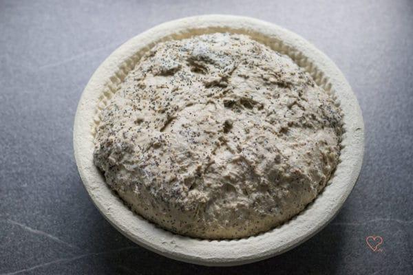 Teig für die Kornkruste im Gärkörbchen