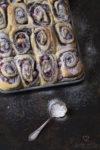 Mohn-Schnecken mit Marzipan in einem Backblech mit Puderzucker