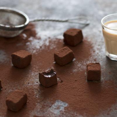 Baileys Trüffel mit kakao bepudert und einem Glas Baileys