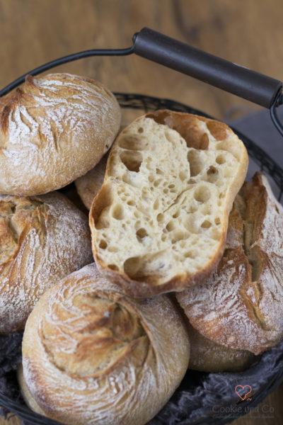 No knead Brötchen in einem Brötchenkorb