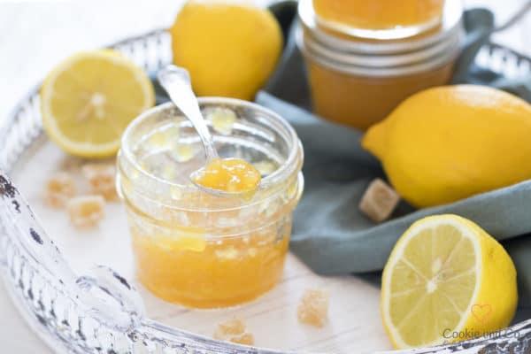 Orangen-Zitronen-Gelee mit frischen Zitronen und kandiertem Ingwer auf einem Tablett.