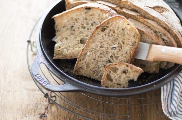 Saatenkruste mit Breadflour in Scheiben geschitten in einem Gusstopf von Lodge.