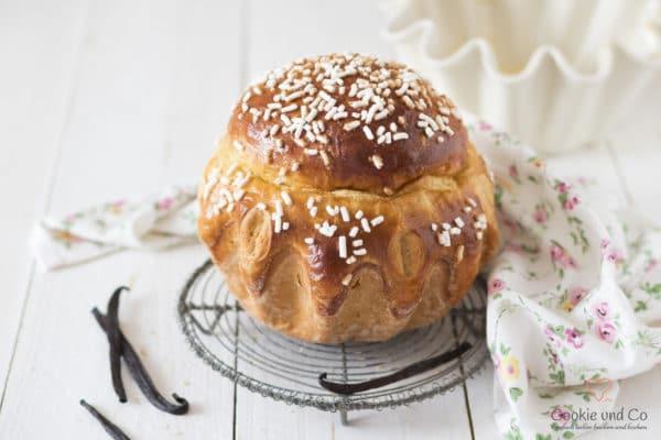 Vanille Brioche auf einem Kuchengitter mit Vanilleschoten.