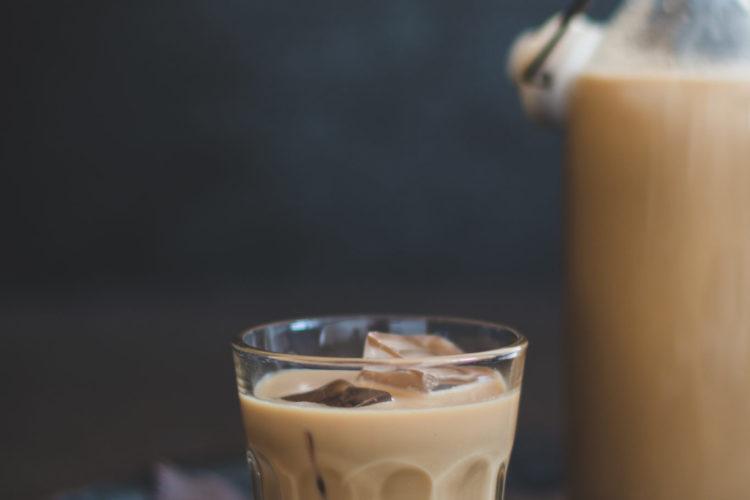 Whiskey-Sahne-Likör in einem Glas mit Eis.