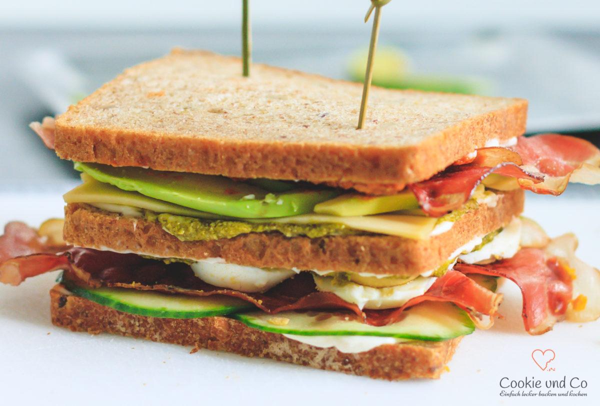 Avocado-Bacon Sandwich mit zweierlei Pesto