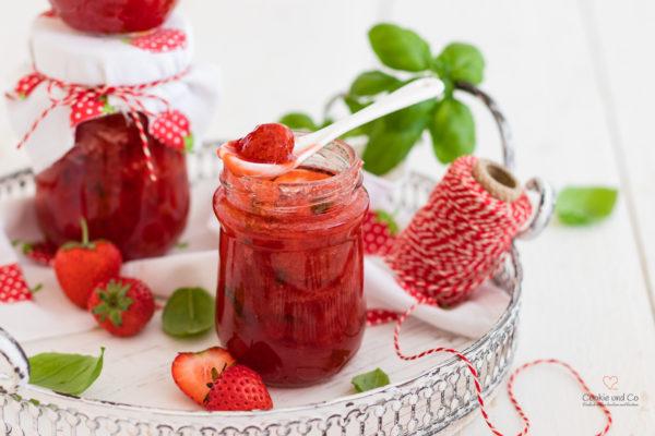 Konfitüre aus Erdbeeren mit etwas Basilikum