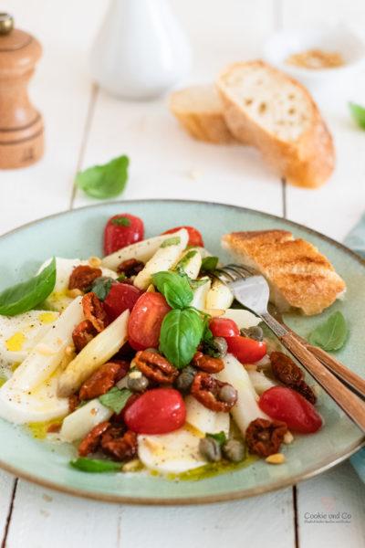 Salat mit Spargel und Tomaten und Mozzarella