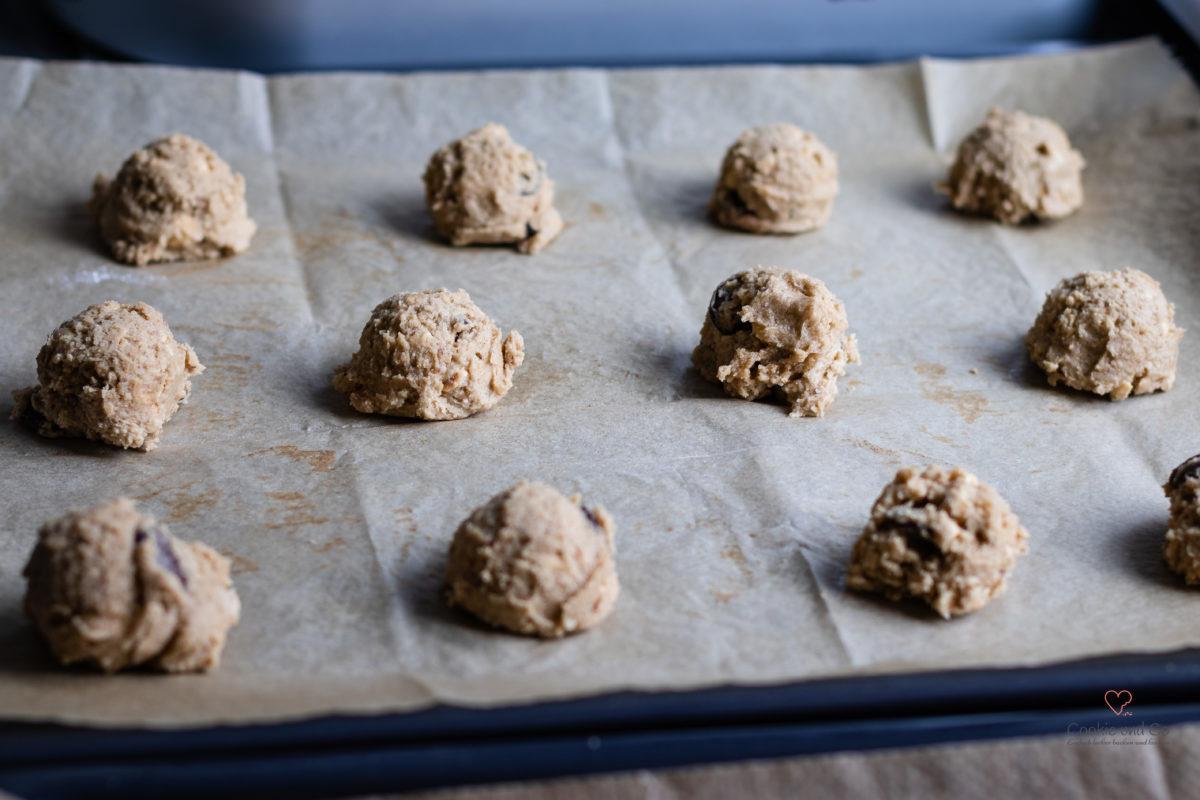 Teig auf einem Backblech vor dem Backen für Schoko-Nuss-Cookies