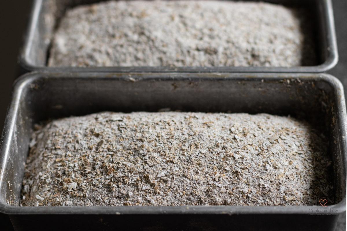 Brot aus Roggenschrot nach dem Gehen lassen in einer Kastenform
