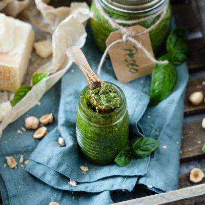 Basilikum-Nuss-Pesto in einem Glas