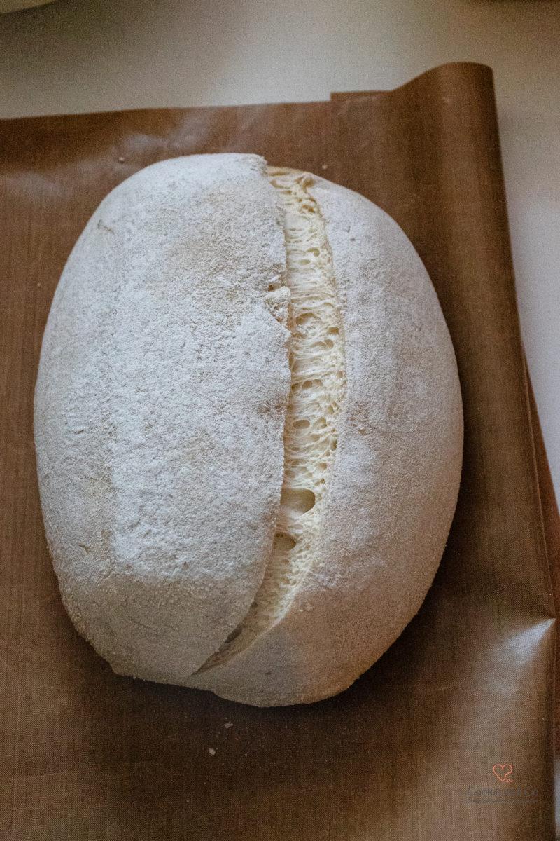 Teig im Gärkörbchen für französisches Weizenbrot mit alten Getreidesorten