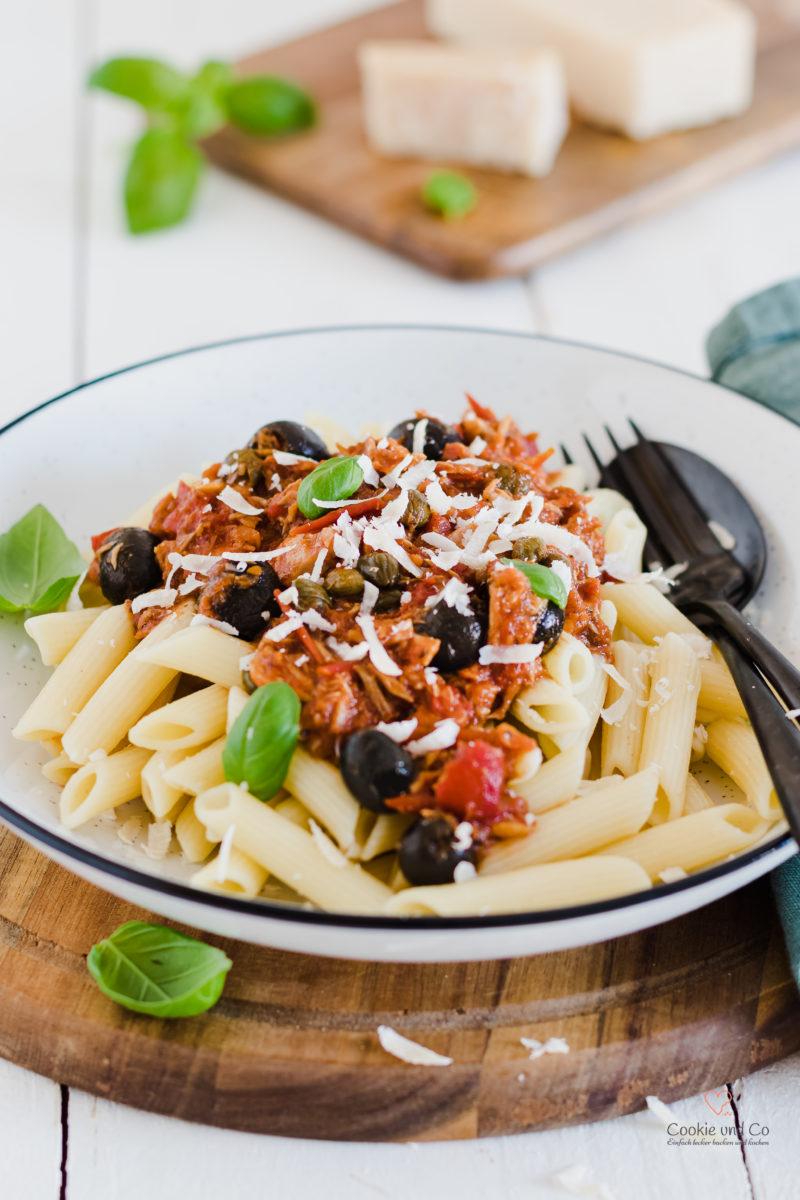 Pasta al tonno - Nudeln mit Tomatensoße, Thunfisch, Kapern und Oliven.