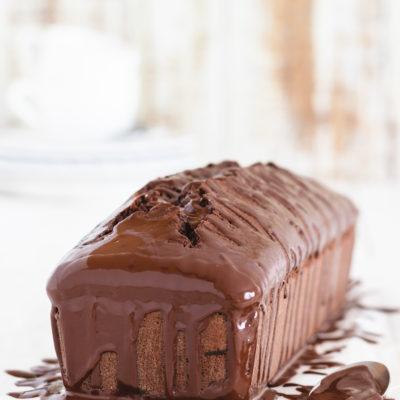 Saftiger Schokoladenkuchen aus Rührteig, der als Kastenkuchen oder Gugelhupf gebacken werden kann.