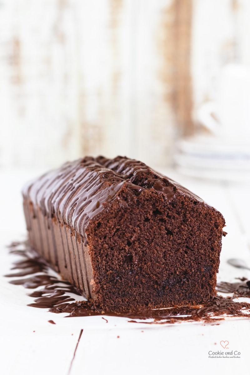 Saftiger Schokoladenkuchen aus Rührteig mit einer Glasur aus Schokolade.