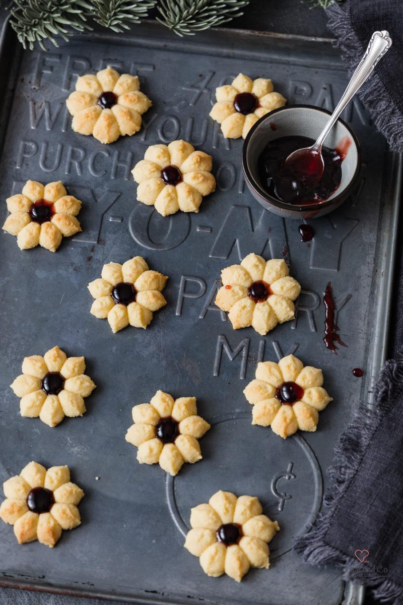 Marzipanblüten. Spritzgebäck mit Marzipan und Konfitüre
