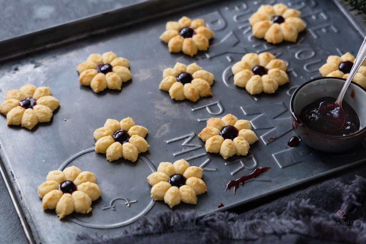 Marzipanblüten. Siritzgebäck mit Marzipan und Konfitüre