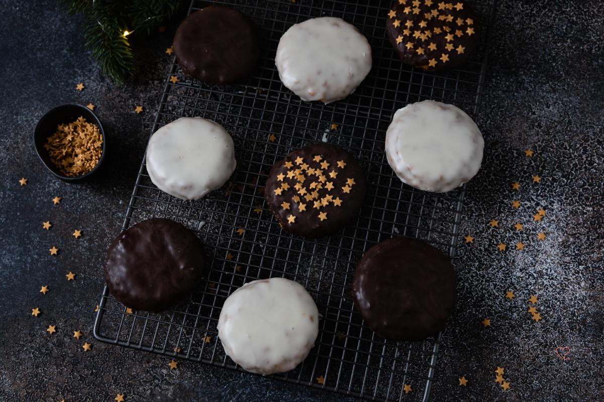 Saftige Elisenlebkuchen mit Zuckerguss oder Schokolade