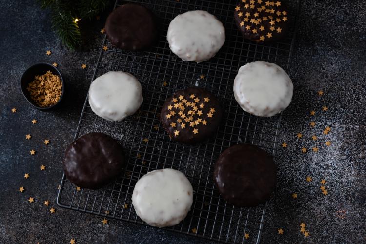 Saftige Lebkuchen mit Zuckerguss oder Schokolade
