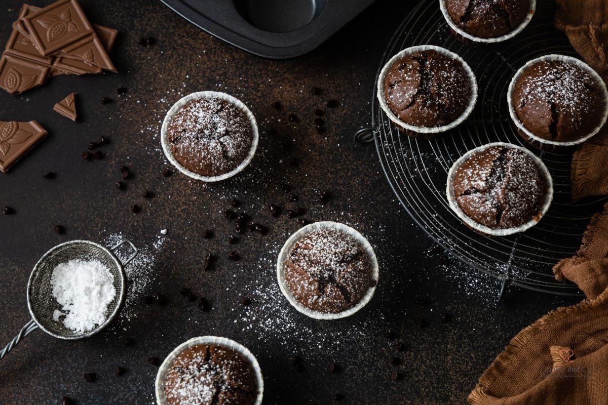 Schokomuffins - saftige Schokoladenmuffins mit Schokostückchen