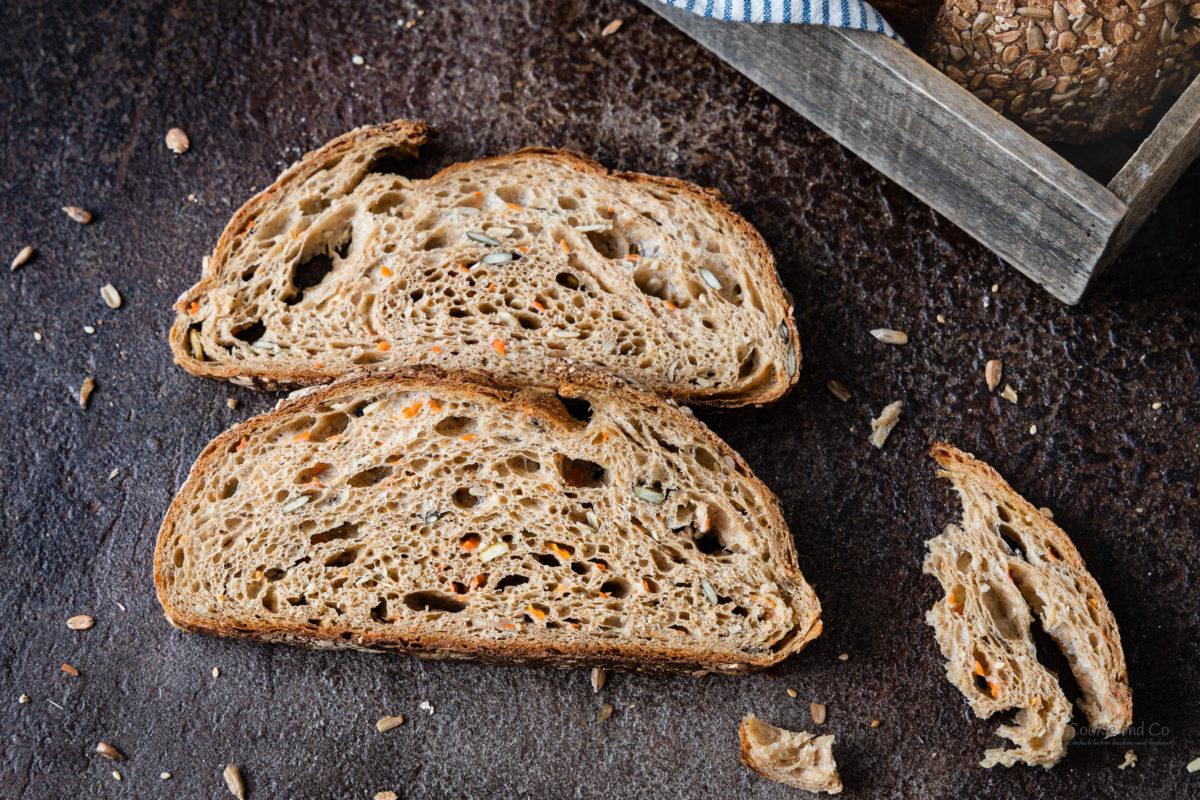 Anschnitt vom Brot mit Vollkorn, Möhren und Saaten. Mit Dinkel, Emmer und Ruchmehl