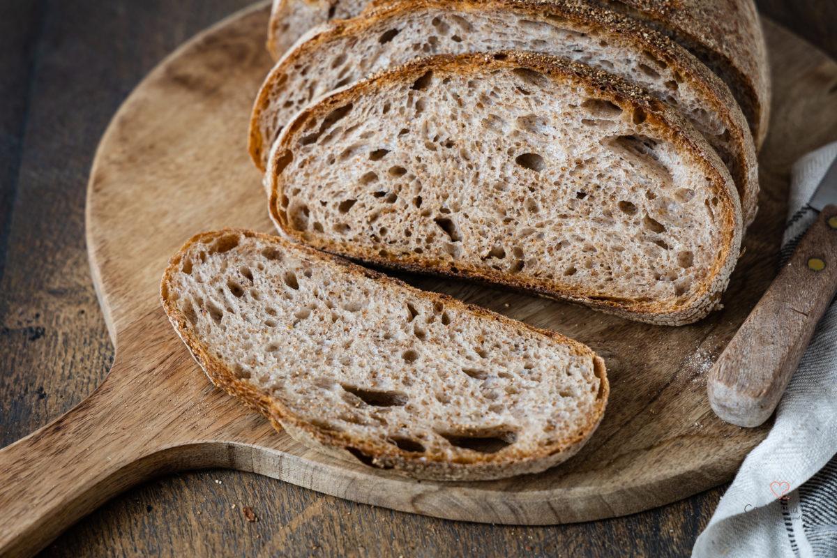 Knuspriges Brot mit Vollkorn Anteil und gemälzten Weizenkeimen, ein Krustenbrot aus Weizen mit Übernachtgare und wenig Hefe