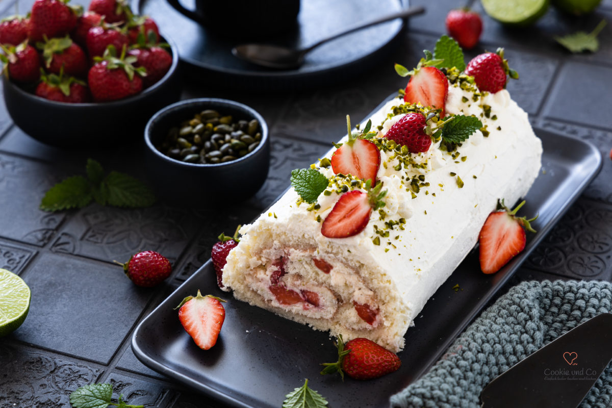 Erdbeer-Sahne-Rolle (Biskuitrolle) mit Quark-Sahne Füllung und Erdbeeren.