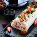 Erdbeer-Sahnerolle (Biskuitrolle) mit Quark-Sahne Füllung und Erdbeeren.