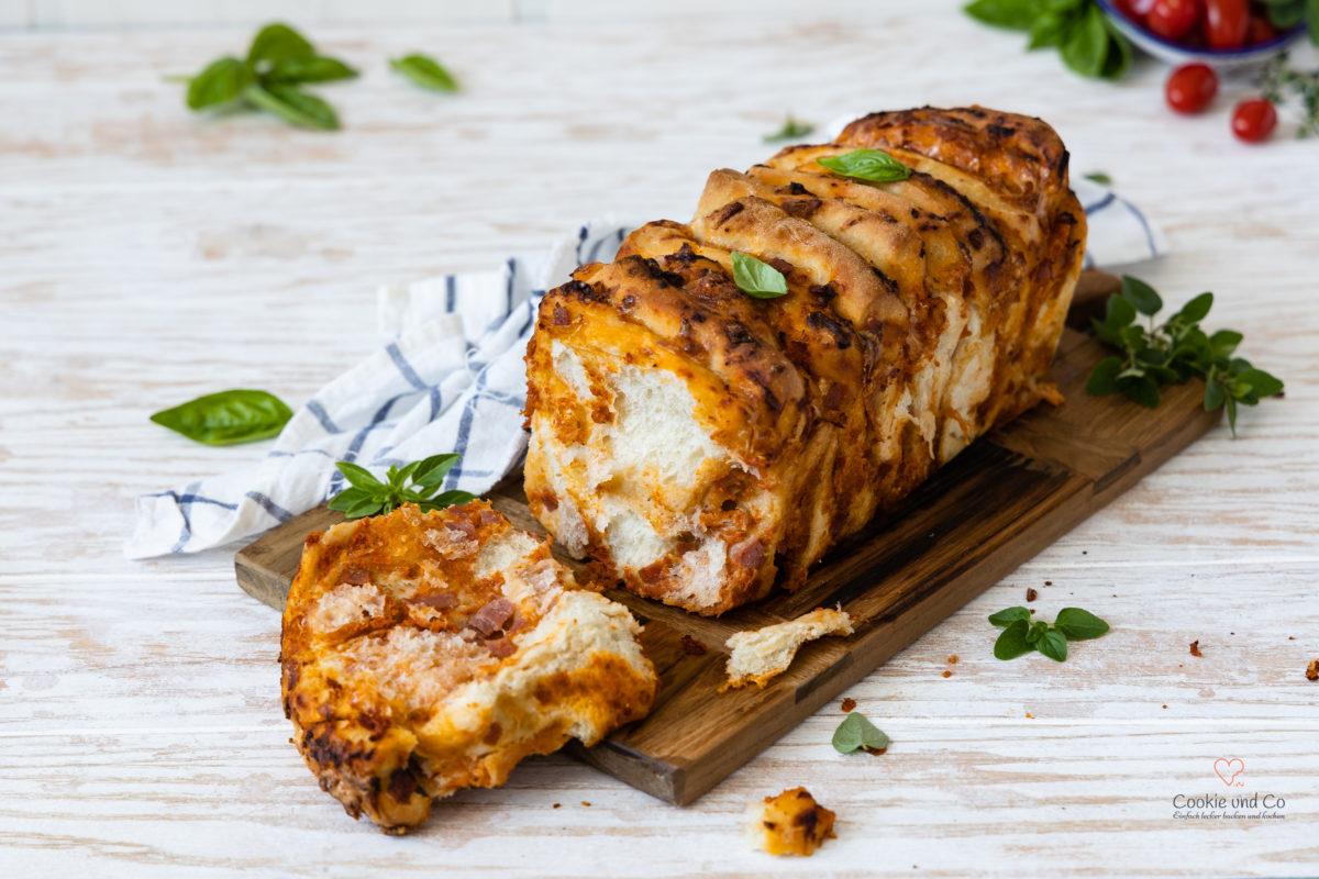 Fluffiges und saftiges Pizza Zupfbrot (Pull Apart Bread) mit wenig Hefe, Lievito Madre und Übernachtgare. Gefüllt mit Tomatensoße, Käse und Salami.