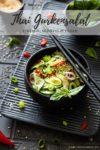 Thailändischer Gurkensalat in einer Schale mit Essstäbchen und Sesam bestreut