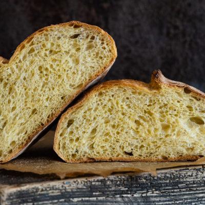 Goldkruste, eine einfach No knead Gelbweizenkruste aus Gelbweizenmehl mit Übernachtgare.