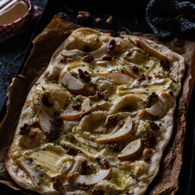 Flammkuchen mit Birnen, Camembert & Walnüssen