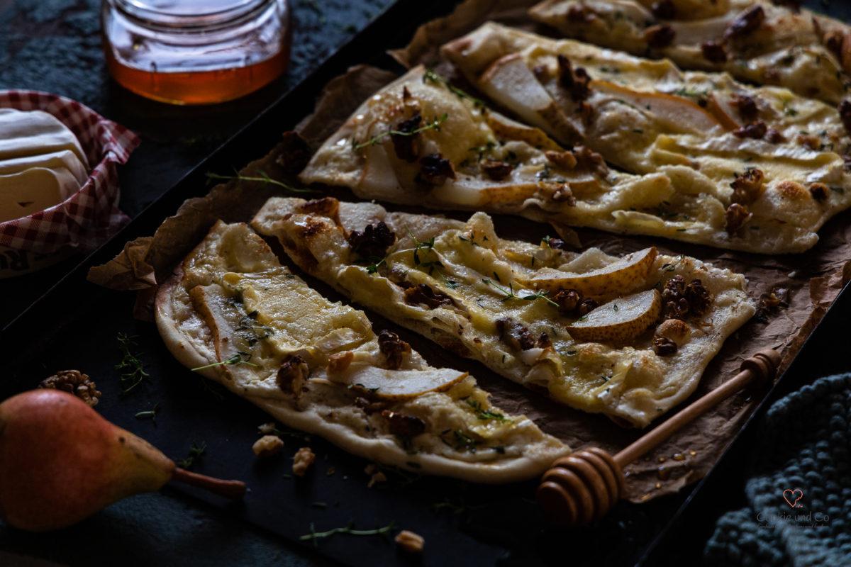Herbstlicher Flammkuchen mit Birnen, Camembert & Walnüssen