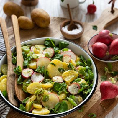 Kartoffelsalat mit Radieschen & Feldsalat. Super lecker und einfach zubereitet. Ideal zum Grillen oder als erfrischende Mahlzeit im Sommer.
