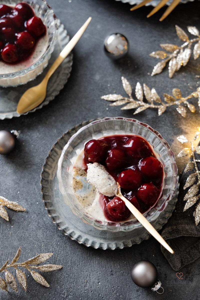 Weihnachts-Dessert mit Marzipan und Mohn sowie einer Soße aus Kirschen und Glühwein