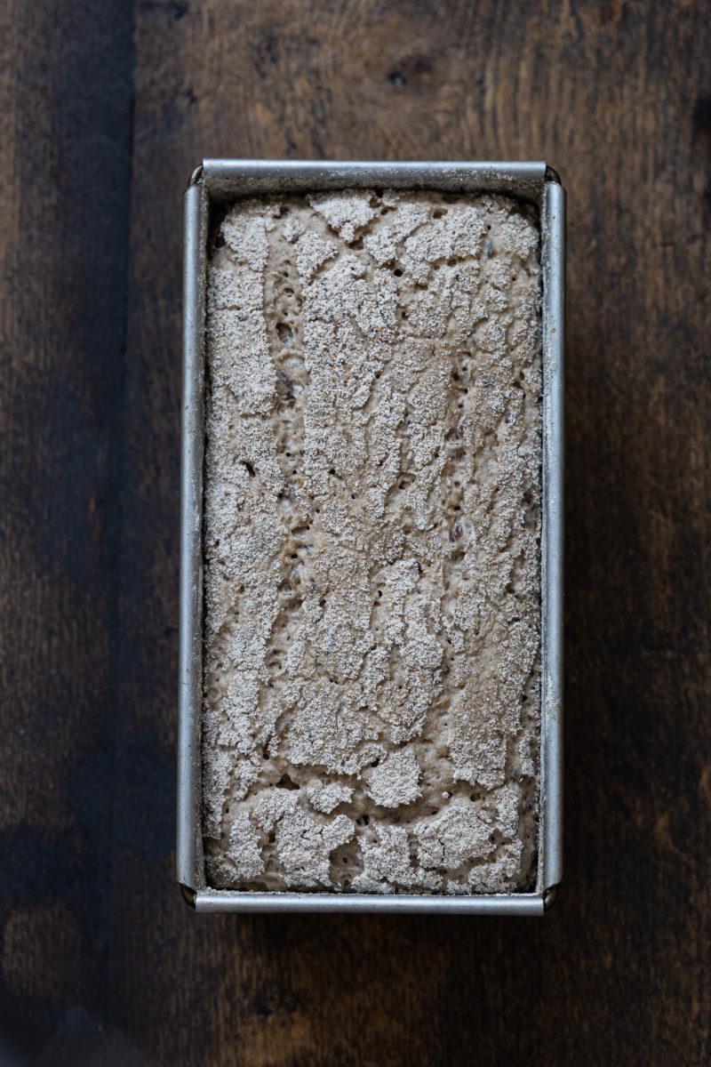 Teig für Roggenbrot in der Kastenform