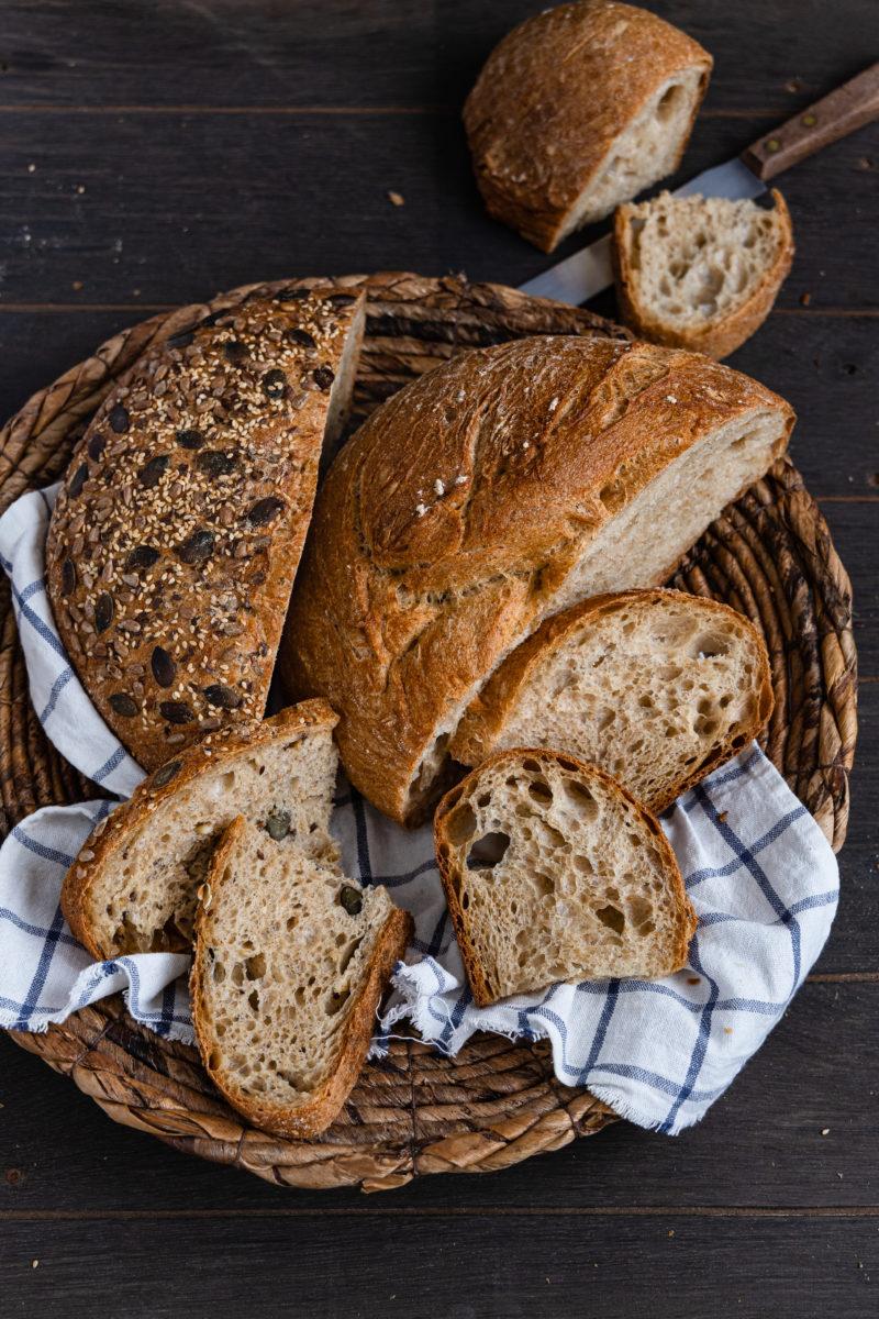 Einfaches Weizenbrot mit wenig Hefe (ohne Sauerteig) mit einfacher Zubereitung und Vorteig.